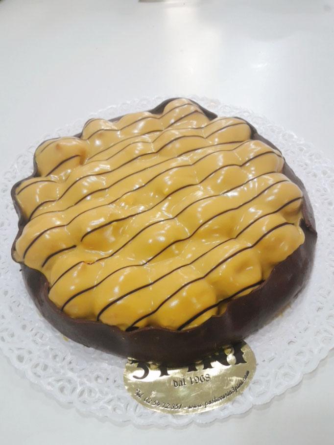 Rossana base sfoglia panna cioccolato piccoli bignè ricoperti da una crema allo zabaione solo su prenotazione.