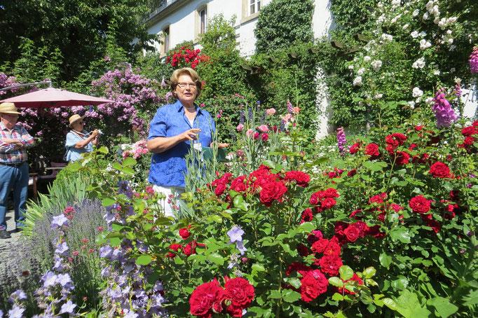 Frau Bunzmann in ihrem wunderschönem Garten