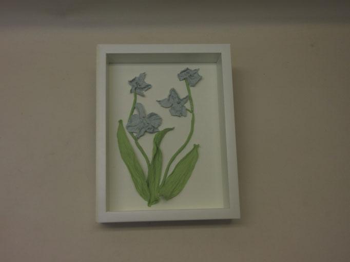 Gedroogde orchideeen voorzien van ingekleurd porceleinlib in baklijst 17x22cm verkocht