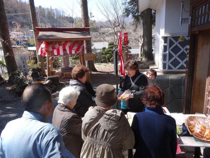 地元山菜や手作り品の販売。