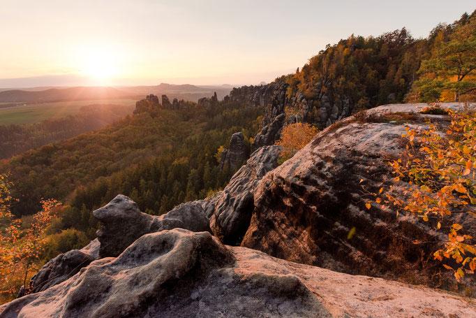 Herbstlicher Blick zur Schrammsteinkette. (Oktober)