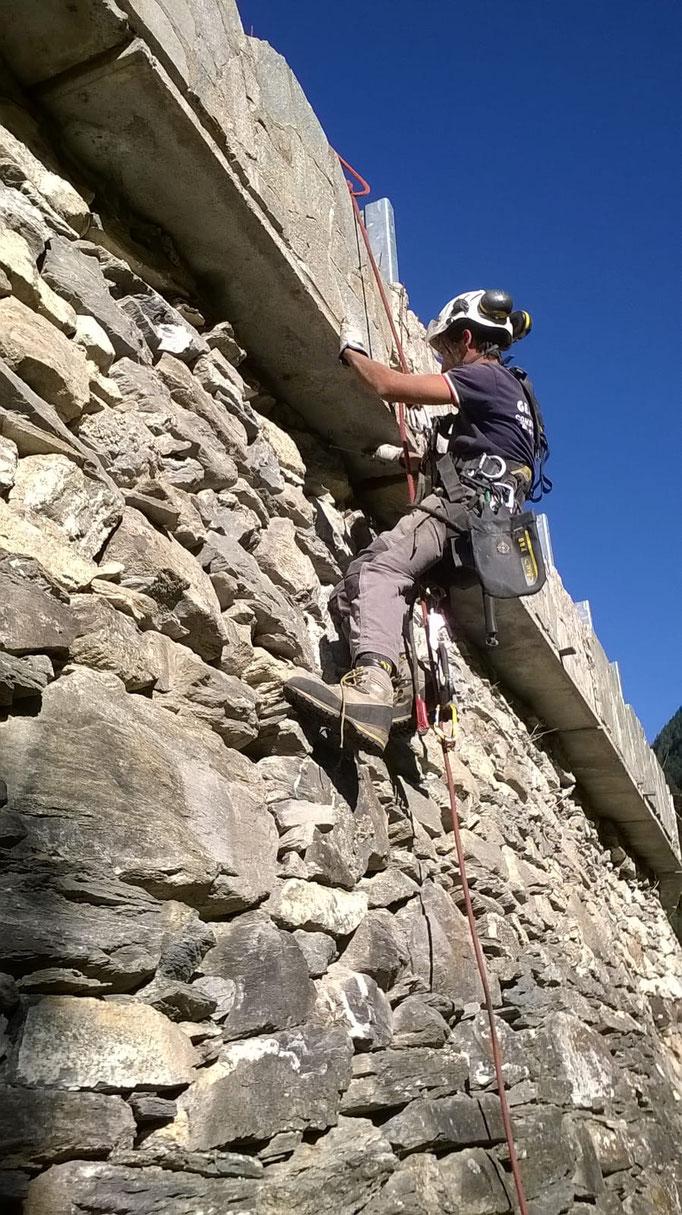 Contenimento di muro a secco sotto sede stradale, mediante reti tirantate - Piemonte - Provincia di Cuneo