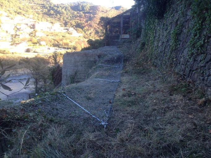 Posa reti paramassi su scarpata adiacente a strada - Liguria - Provincia di Imperia