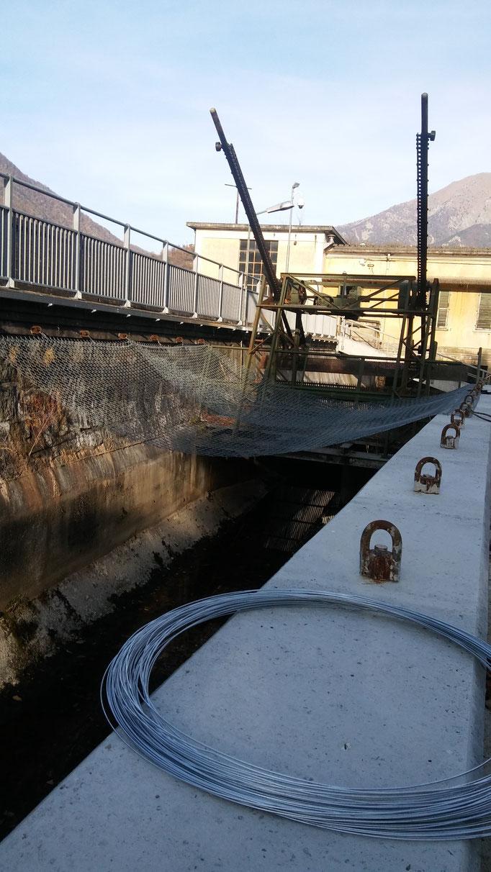 Stesa di pannelli di rete per protezione caduta oggetti e persone su canale - Piemonte - (TO)