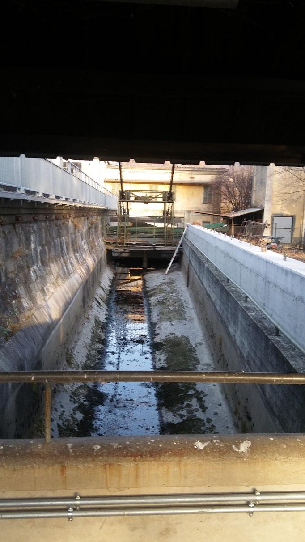 Stesa di pannelli di rete per protezione caduta oggetti e persone su canale - Piemonte - Provincia di Torino
