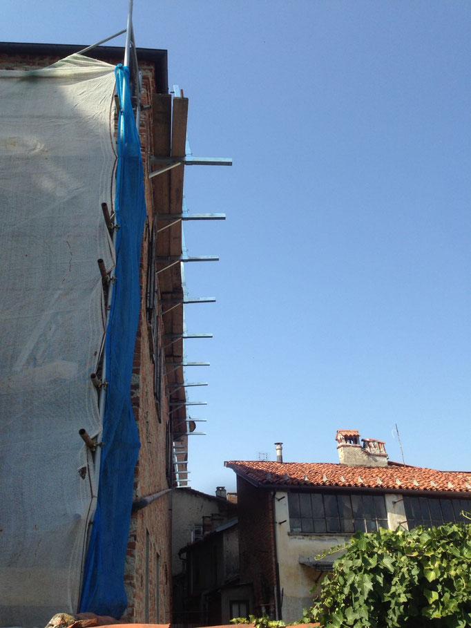 Realizzazione di parapetto mediante lavoro in fune e installazione di linea vita provvisoria - Piemonte - CN