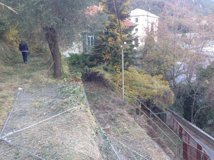 Posa reti paramassi su scarpata adiacente a strada - Liguria - IM