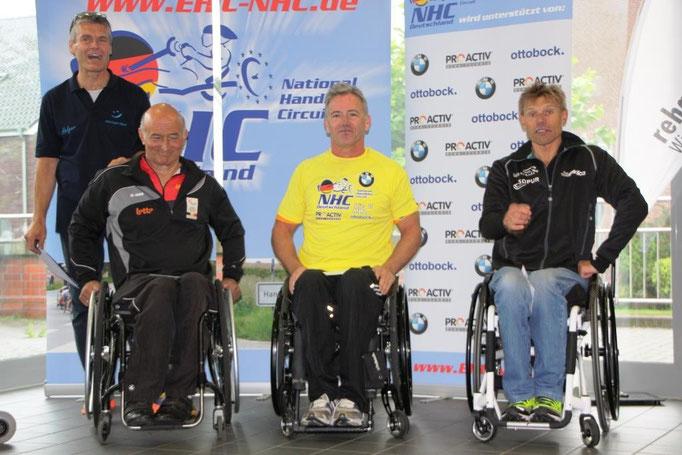 Jürgen Döringer als Tagessieger und Gesamtführender bei der Siegerehrung