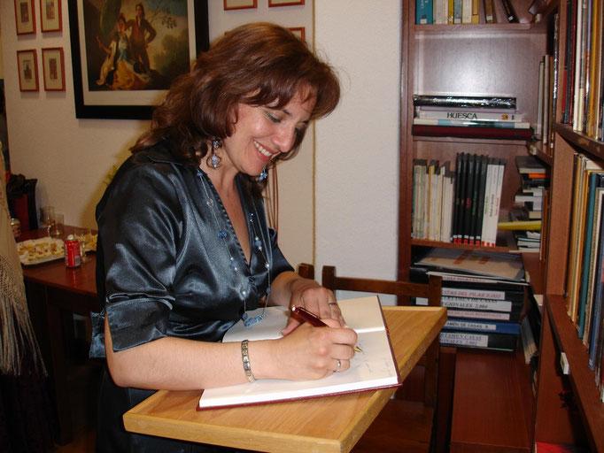 Firmando en el libro del Teatro de La Coruña mayo 2007