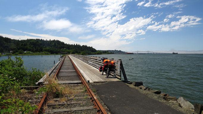 mit dem Velo über ehemalige Schienen über das Wasser - hat man auch nicht alle Tage...