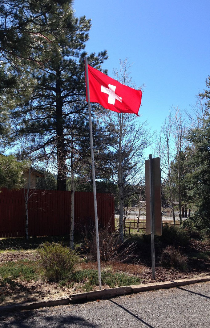 Schweizer Fahne direkt am Eingang des Campgrounds =) / Swiss flag at the entrance of the KOA