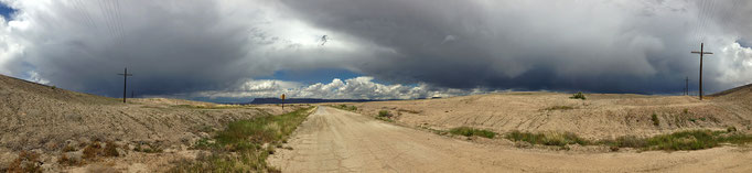 rechts das Gewitter das über mich drüber gezogen ist, dem links bin ich dann hinterher gefahren