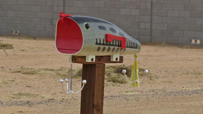 na wenn das mal kein origineller Briefkasten ist... / now that's a mailbox!
