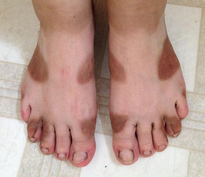 so sehen Füsse in Sandalen nach zwei Tagen ohne Wasser, dafür mit Sonne & jeder Menge Dreck aus ;-) (nicht erschrecken, es ist wirklich grösstenteils Dreck, nicht verbrannt)