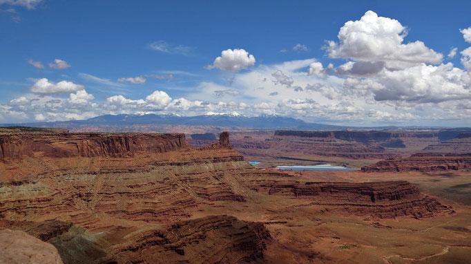 das blaue sind die Kalisalzminen die wir schon von der anderen Seite gesehen hatten, im Hintergrund die La Sal Berge