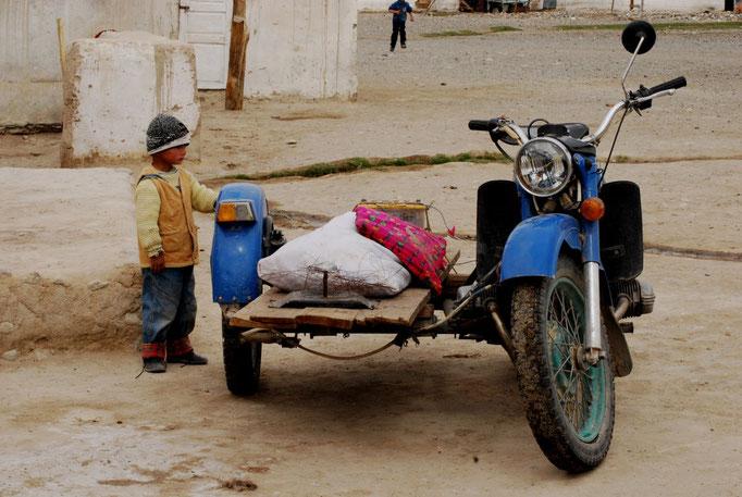 Dans les rues de Alichur, sur le plateau du Pamir