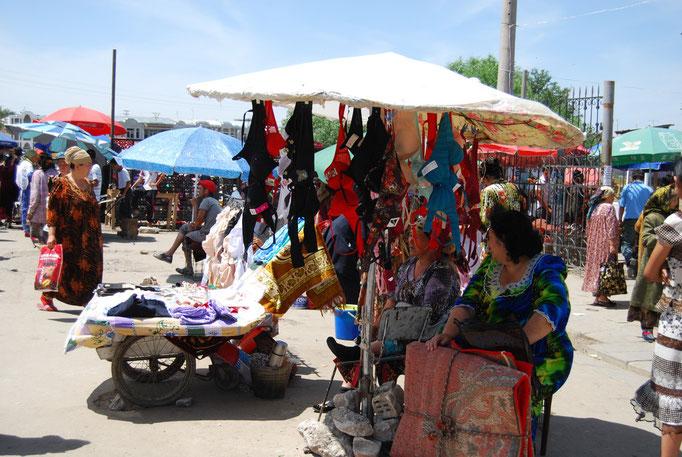 Vente de... soutien-gorges, bazar de Samarcande