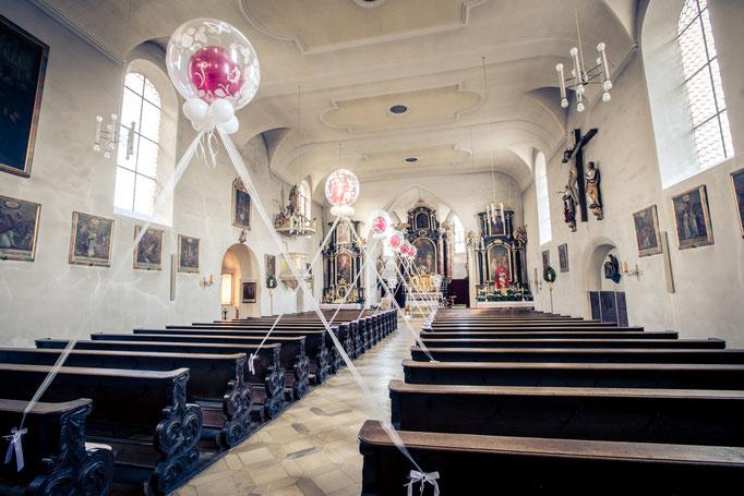 Bubbles als Spalier in einer Kirche