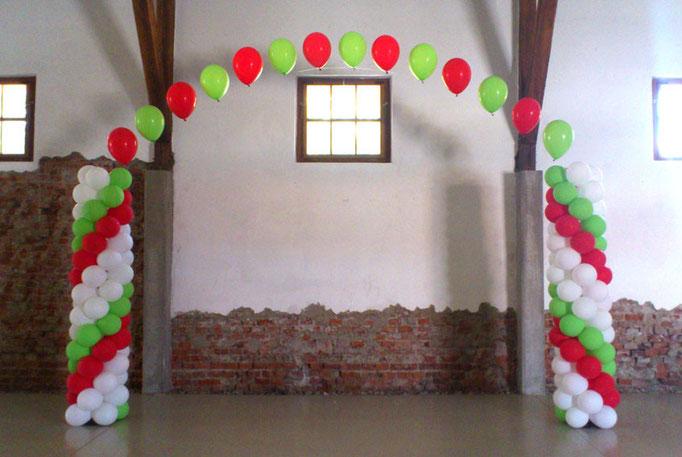 Ballonsäulen mit Heliumballons verbunden