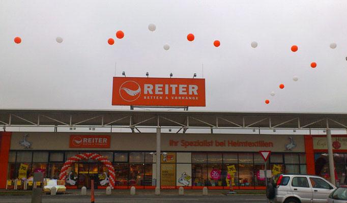 Aktionstage bei Reiter Betten - 16 Giant-Ballons, heliumgefüllt, am Dach montiert