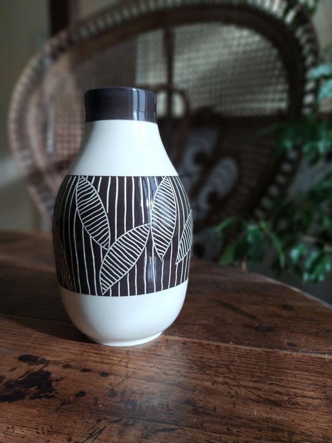 Vase gravé en noir et blanc