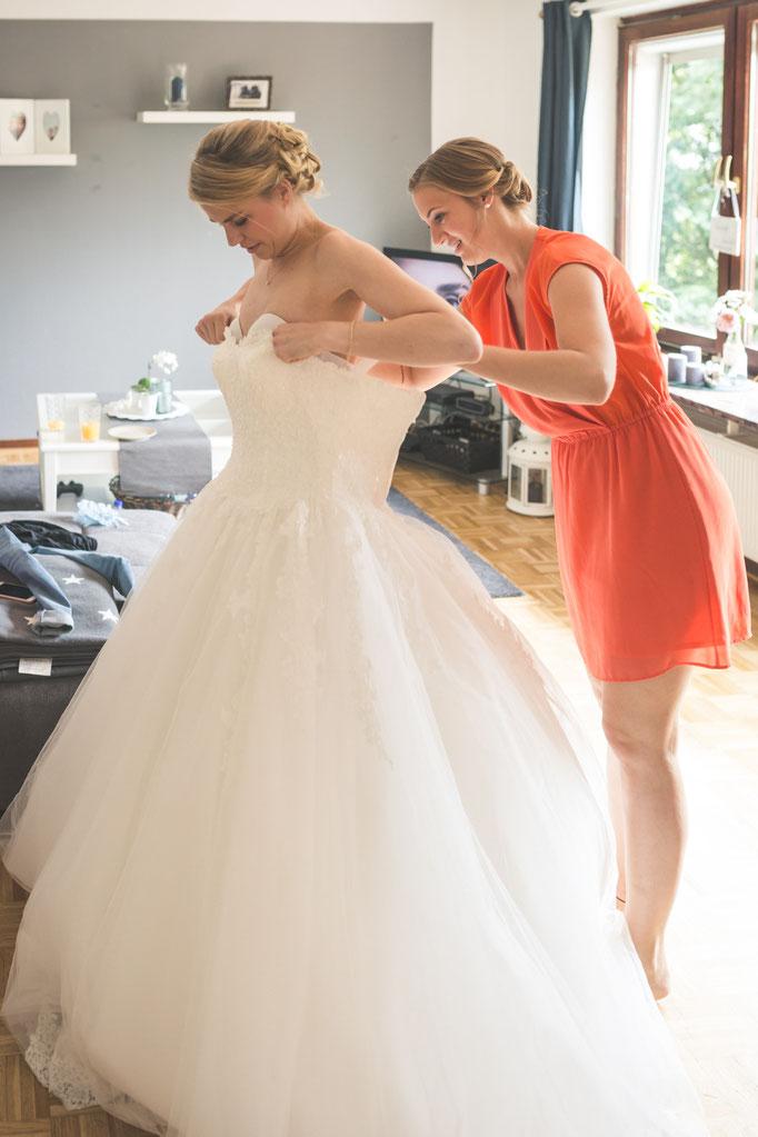 Hochzeitsreportage - Vorbereitung der Braut - Anpassen des Brautkleids