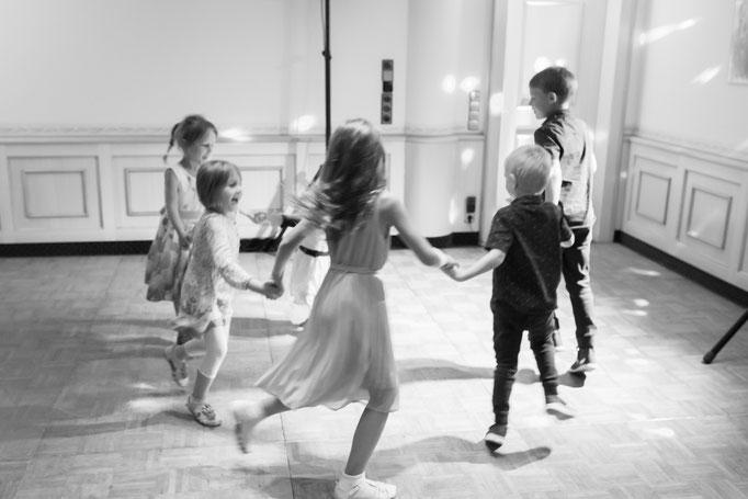Hochzeitsreportage - Kinder auf der Tanzfläche vor dem Eröffnungstanz