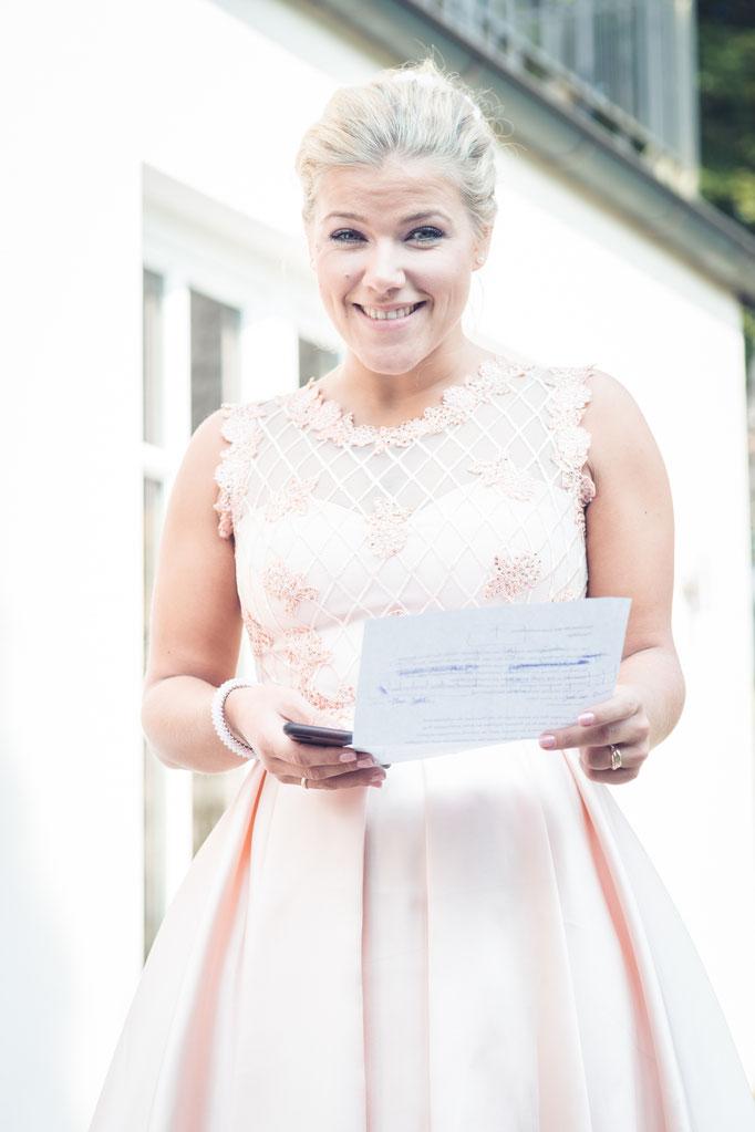 Hochzeitsreportage - die Schwester der BRaut übt die Rede