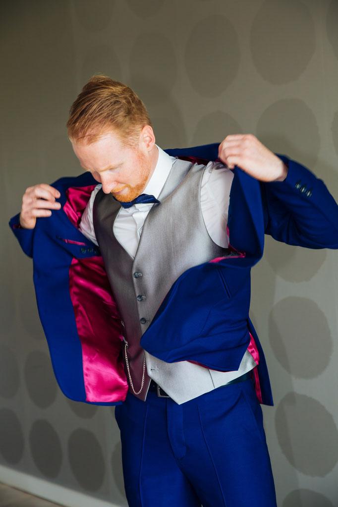 Hochzeitsreportage - Vorbereitung der Bräutigam Hochzeitsanzug Anziehen
