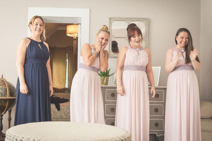 Hochzeitsreportage - Getting Ready der Braut - Braut und Trauzeuginnen haben Spaß
