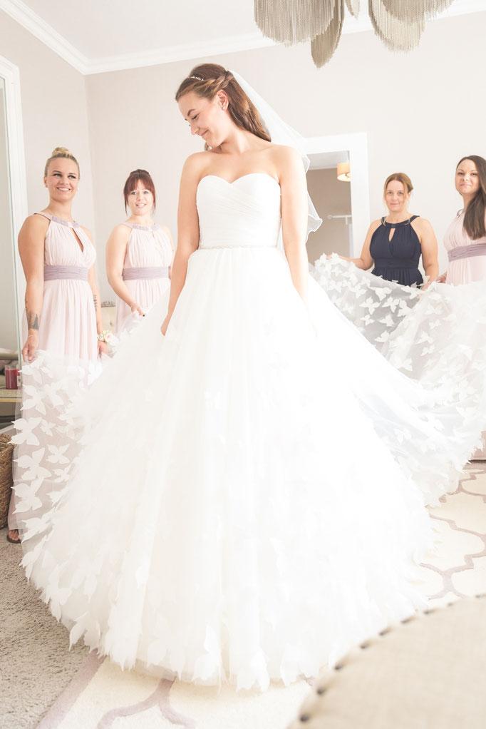 Hochzeitsreportage - Vorbereitung der Braut, warten auf das Brautauto