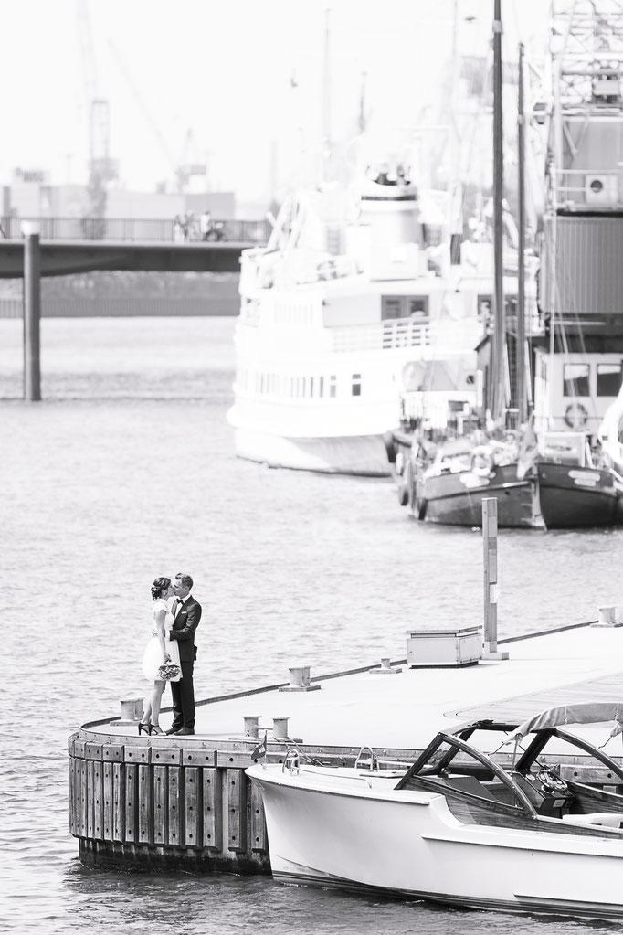 Hochzeitsreportage - Brautpaarsuchbild im Museumshafen in der Hamburger Hafencity