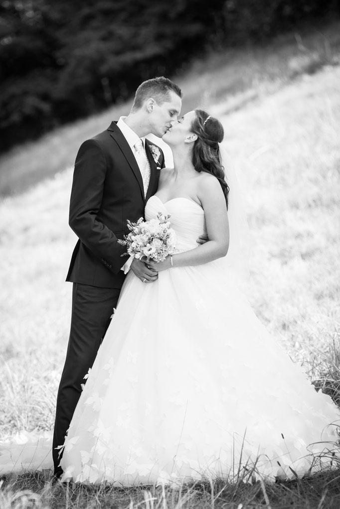 Hochzeitsfoto vor schiefer Ebene