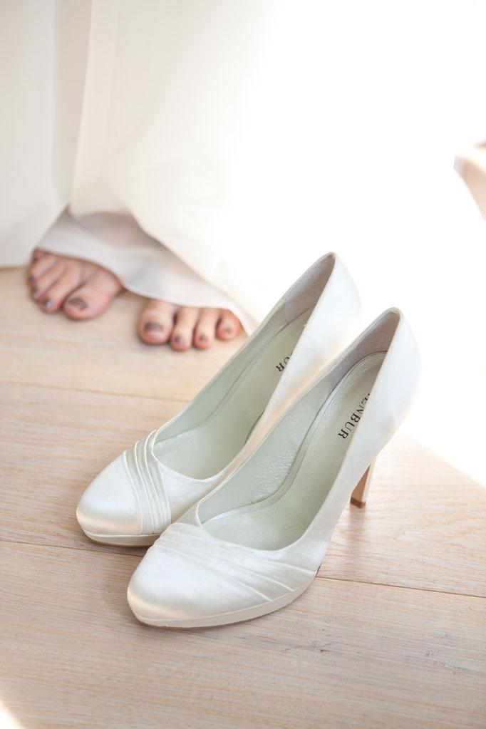 Hochzeitsreportage - Vorbereitung der Braut - elegante Brautschuhe
