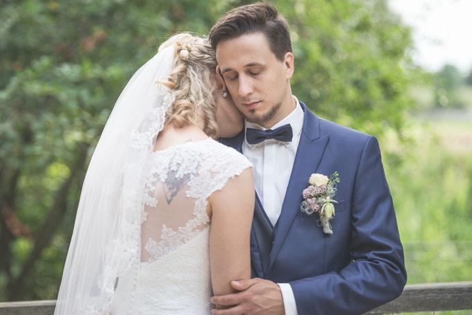 Bräutigam und Braut halten einen Moment inne und genießen