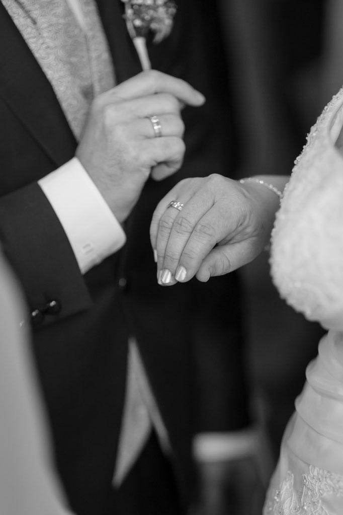 Hochzeitsreportage - Eheringe im Einsatz kurz nach der Trauung