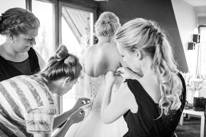 Vorbereitung der Braut - Trauzeuigin hilft
