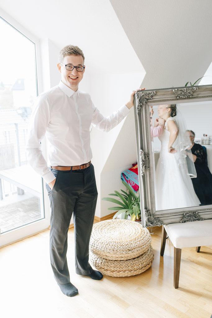 Vorbereitung der Braut - Braut im Spiegel