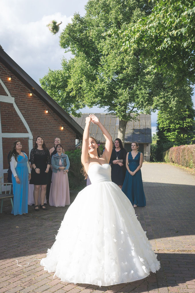 der Brautstrauß wird geworfen