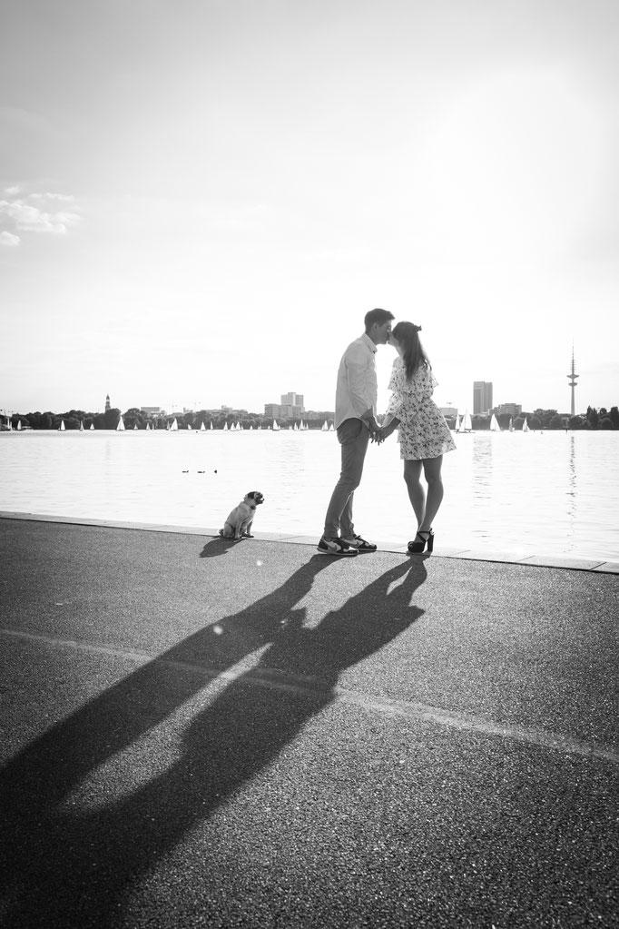 Kuss der Verlobten an der Elbe in Wittenbergen/Rissen