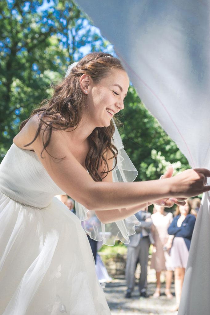 Herzausschneiden nach der Trauung - es gewinnt immer die Braut