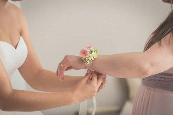 Braut hilft der Brautjungfer beim gemeinsamen Getting Ready