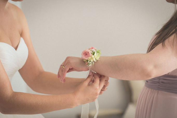 Hochzeitsreportage - Braut hilft der Brautjungfer beim gemeinsamen Getting Ready