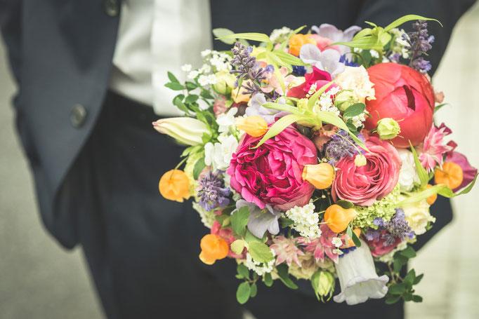 Hochzeitsreportage - Getting Ready der Bräutigam Abholen des BRautstrauß