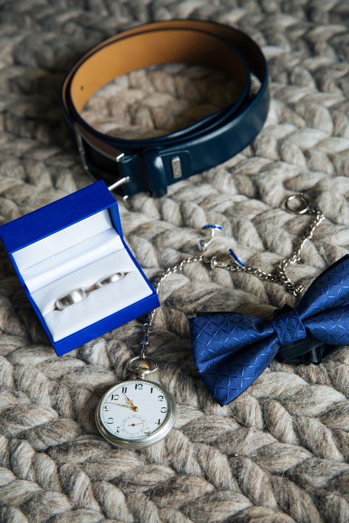 Hochzeitsreportage - Vorbereitung der Bräutigam fliege und Manschettenknöpfe