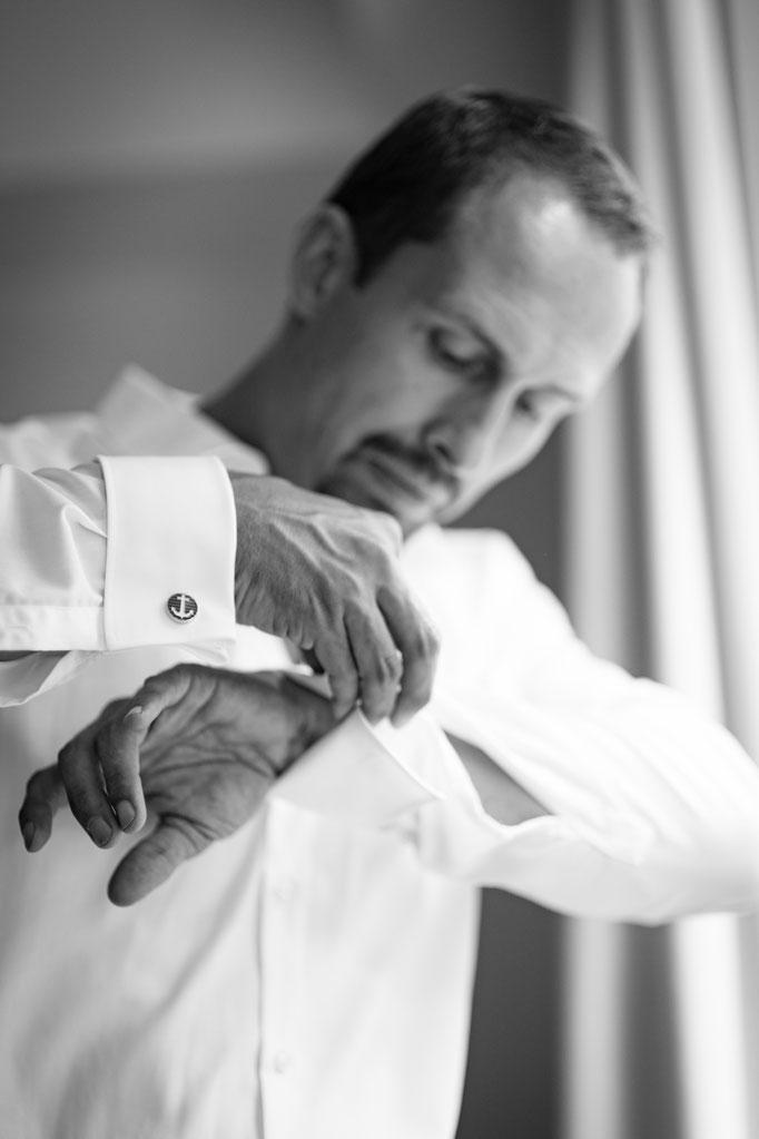 Hochzeitsreportage - Getting Ready der Bräutigam Smokinghemd