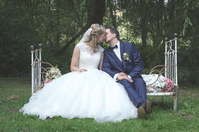 Brautpaar-Shooting auf altem Equipment im Garten in Lübeck