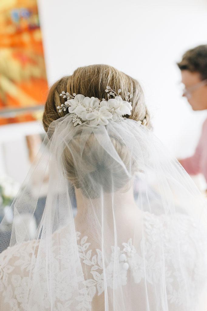 Getting Ready der Braut - Schleier wird angepasst