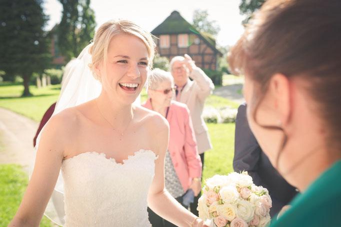 die Braut kommt an der Kirche an