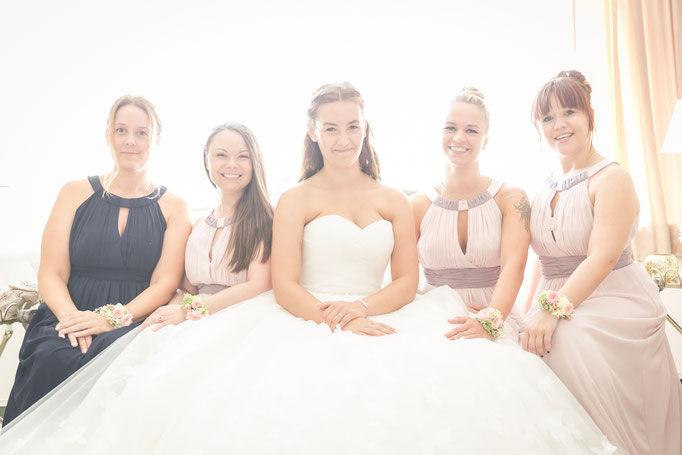 Hochzeitsreportage - Vorbereitung der Braut - Brautjungfern beim Warten
